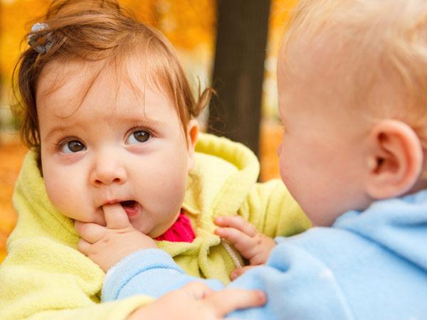 Khi trẻ biết cắn đùa các mẹ nên làm gì?