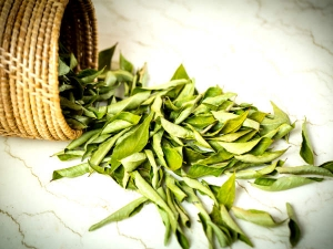 Natural Ways Use Curry Leaves Hair Care