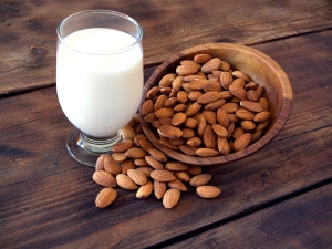 Reasons Why Men Should Consume Almonds With Milk At Bed Time