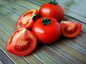 How To Use Tomato For Dark Circles